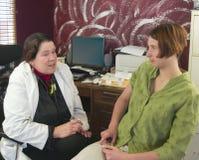 Arts die aan een jonge patiënt spreekt Royalty-vrije Stock Fotografie