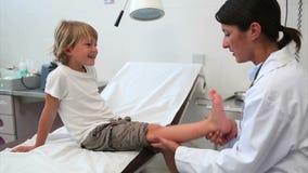Arts die aan een kind glimlachen stock videobeelden