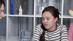 Arts die aan jong kind en moeder spreken stock video
