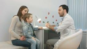 Arts die aan jong kind en moeder spreken stock footage