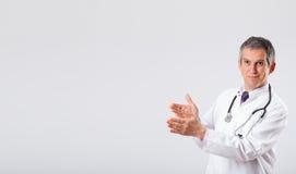 Arts die aan lege exemplaarruimte luisteren met stethoscoop Stock Foto