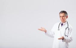 Arts die aan lege exemplaarruimte luisteren met stethoscoop Royalty-vrije Stock Afbeeldingen
