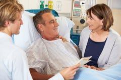 Arts die aan Paar op Afdeling spreken Stock Foto's