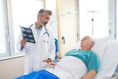 Arts die aan patiënt spreekt Stock Fotografie
