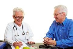 Arts die aan patiënt spreekt Stock Afbeeldingen