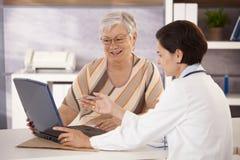 Arts die aan patiënt verklaart Royalty-vrije Stock Foto