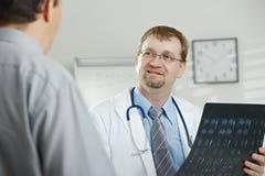 Arts die aan patiënt verklaart stock afbeelding