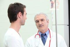 Arts die aan patiënt spreekt Royalty-vrije Stock Foto