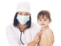 Arts die baby met stethoscoop controleren op witte achtergrond Stock Afbeelding