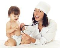 Arts die baby met stethoscoop controleren op witte achtergrond Stock Afbeeldingen