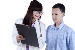 Arts die behandelingsresultaat tonen aan patiënt 1 Stock Foto