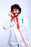 Arts die bij telefoon spreken royalty-vrije stock foto
