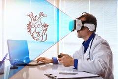 Arts die 3d inhoud met virtuele werkelijkheidsglazen onderzoeken Stock Afbeeldingen