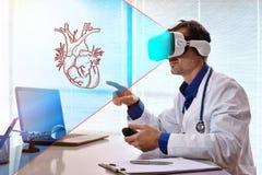 Arts die 3d inhoud met virtuele werkelijkheidsglazen onderzoeken in offi Royalty-vrije Stock Foto's