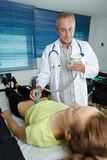 Arts die 3d ultrasone klank op buikvrouw doen in kliniek Stock Foto's