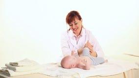 Arts die de baby van de massagejongen in het ziekenhuis doen stock videobeelden