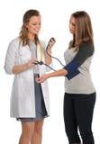 Arts die de Bloeddruk van de Patiënt neemt Stock Foto's