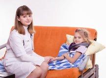 Arts die de hand van een ziek kind houden Stock Foto's
