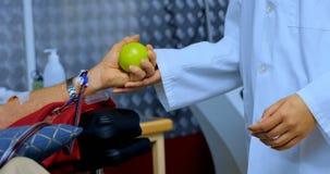 Arts die de hogere mens controleren die bloed 4k schenken stock footage