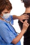 Arts die de longen van een patiënt onderzoekt Royalty-vrije Stock Foto