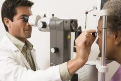 Arts die de Ogen van de Patiënt controleert Glaucoom Royalty-vrije Stock Foto