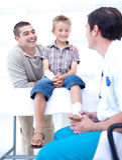 Arts die de voet van een patiënt verbindt Royalty-vrije Stock Foto's