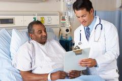 Arts die de Vorm van de Toestemming verklaren aan Hogere Patiënt Royalty-vrije Stock Afbeeldingen