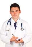 Arts die een diagnose schrijft Stock Foto's