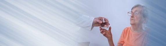 Arts die een glas water geven aan een pati?nt Panoramische banner royalty-vrije stock foto's
