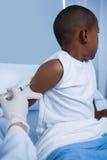Arts die een injectie geven aan patiënt in afdeling Royalty-vrije Stock Foto