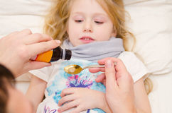 Arts die een lepel van stroop geven aan meisje Royalty-vrije Stock Foto
