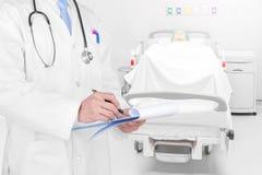 Arts die een medisch voorschrift met medische achtergrond schrijven stock afbeeldingen
