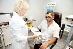 Arts, die een patiënt onderzoekt stock foto's
