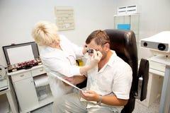 Arts, die een patiënt onderzoekt Royalty-vrije Stock Foto's