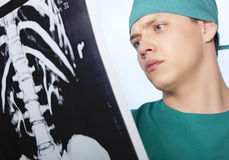 Arts die een Röntgenstraal bekijken stock foto's