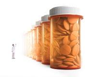 Arts die een rij van geneeskundekruiken waarnemen Royalty-vrije Stock Foto's
