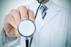 Arts die een stethoscoop met behulp van stock afbeelding