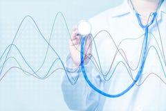 Arts die een stethoscoop met grafiek op blauwe achtergrond houden Stock Foto