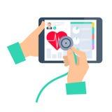 Arts die een stethoscoop op een tablet met behulp van Telegeneeskunde en telehea Royalty-vrije Stock Foto's