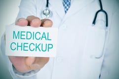 Arts die een uithangbord met de tekst medische controle tonen Stock Fotografie
