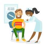 Arts die een vrije griepinenting geven aan een patiënt Stock Foto's