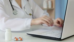 Arts die elektronische medische dossiers maken, typend document op laptop toetsenbord stock video