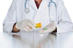 Arts die geneeskunde voorschrijft royalty-vrije stock fotografie
