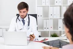 Arts die geneeskunde voorschrijft Stock Foto's