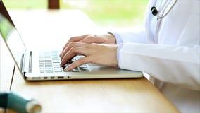 Arts die het etiket onderzoeken van het astmainhaleertoestel terwijl het gebruiken van digitale tablet stock footage