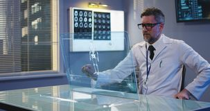 Arts die het transparante vertoningsscherm met behulp van stock videobeelden