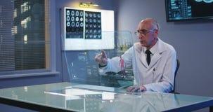 Arts die het transparante vertoningsscherm met behulp van stock video