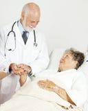 Arts die Hogere Patiënt troost Stock Foto's