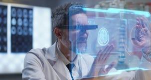 Arts die holografische vertoning voor onderzoek gebruiken stock videobeelden