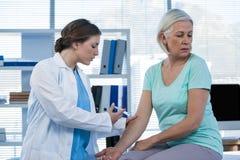 Arts die injectie geven aan patiënt Royalty-vrije Stock Afbeelding